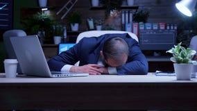 Zapracowany biznesmen spadał uśpiony przy nocą w biurze zdjęcie wideo