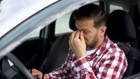 Zapracowany kierowca bierze eyeglasses daleko, wzrok choroba, zdrowie słabość zdjęcia royalty free