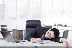 Zapracowany pracownika dosypianie przy miejscem pracy Obraz Royalty Free