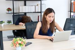 Zapracowany sfrustowany młody Azjatycki biznesowej kobiety uczucie męczył na miejsce pracy w biurze zdjęcia royalty free