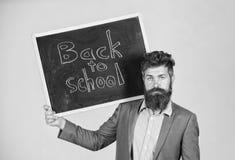 Zaprasza ?wi?towa? dzie? wiedza Nauczyciel reklamuje z powrotem studiowa?, zaczyna rok szkolny Nauczyciela m??czyzna brodaci stoj zdjęcia royalty free