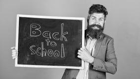 Zaprasza ?wi?towa? dzie? wiedza Nauczyciel reklamuje z powrotem szko?a zakupu nowe szkolne dostawy Nauczyciela brodaty m??czyzna zdjęcia stock