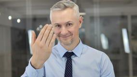 Zapraszający gest Popielatym Włosianym biznesmenem zdjęcie wideo