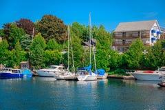 Zapraszający morski widok z jachtem i łodziami siedzi w jeziorze Obrazy Royalty Free
