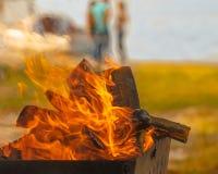 Zapraszający ognisko na plaży rezerwuar z jachtami, ludzie podczas lata, przynosi z powrotem wspominki obrazy stock