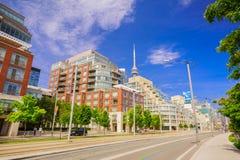 Zapraszający widok Toronto puszka miasteczka teren z nowożytnymi eleganckimi budynkami, samochodami i ludźmi chodzi na ulicie, Zdjęcia Royalty Free