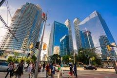 Zapraszający widok Toronto puszka miasteczka teren z nowożytnymi eleganckimi budynkami, samochodami i ludźmi chodzi przez ulicę, Fotografia Stock