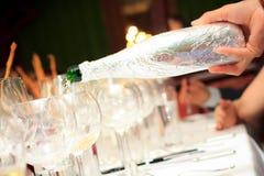 zapraszający obiadowy napój robi restauracyjnej mowie mężczyzna niewidoma degustacja Zdjęcia Royalty Free