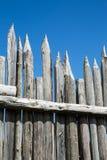 Zaprawione ogrodzenie poczta przeciw niebieskiemu niebu Fotografia Stock