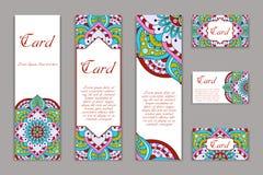 Zaproszenia mandala projekta szablon Graficzna karta z ręka rysującym ornamentem Kolorowy wschodni kwiecisty wystrój dla powitań, royalty ilustracja