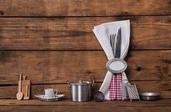 Zaproszenie dla gościa restauracji Czerwony biel sprawdzać cutlery na stary drewnianym Zdjęcia Stock