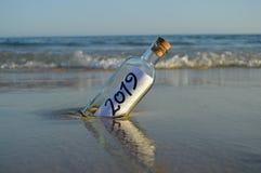 Zaproszenie dla przyjęcia przy końcówką rok 2019 na plaży obrazy royalty free