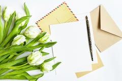 Zaproszenie karty lub list miłosny z białymi tulipanami, Odgórny widok, mieszkanie nieatutowy Fotografia Stock
