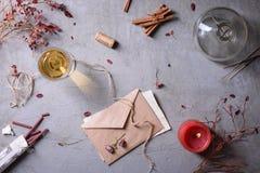 Zaproszenie, list miłosny, szkło wino, płonąca świeczka lub aromatyczni kije, Walentynka dzień lub Weding dzień tło Obrazy Royalty Free
