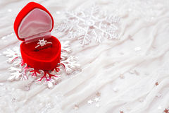 Zaręczynowy diamentowy pierścionek w czerwonym prezenta pudełku na białej tkaninie Zdjęcia Royalty Free