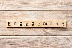 Zaręczynowy słowo pisać na drewnianym bloku zaręczynowy tekst na stole, pojęcie zdjęcie stock