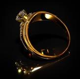 Zaręczynowy złocisty pierścionek z biżuteria diamentu klejnotem Fotografia Stock