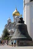 Zar-Glocke und die Kathedrale des Erzengels, der Kreml, Moskau Lizenzfreies Stockbild