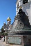 Zar-Glocke und die Kathedrale des Erzengels, der Kreml, Moskau Lizenzfreie Stockfotos