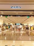 Zara Store in Rome, Italië met mensen het winkelen Stock Foto