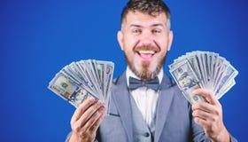 Zarabia? du?o zysk Bogaty biznesmen z my dolar?w banknoty Waluta makler z plikiem pieni?dze Robi? pieni?dze z fotografia stock