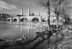 Zaragoza - bridżowy Puente De Piedra, bazylika Del Pilar i brzeg rzeki w ranku świetle Zdjęcie Royalty Free