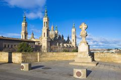 Zaragoza - bridżowy Puente De Piedra Del Pilar w ranku świetle i bazylika Zdjęcie Royalty Free