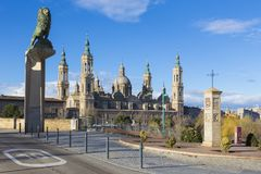 Zaragoza - bridżowy Puente De Piedra Del Pilar w ranku świetle i bazylika Obraz Royalty Free
