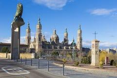 Zaragoza - bron Puente de Piedra och Basilika del Pilar i morgonljuset royaltyfri bild
