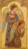ZARAGOZA, ESPAÑA - 1 DE MARZO DE 2018: El icono de ángeles prayered en el altar principal en la iglesia Iglesia del Perpetuo Soco fotografía de archivo libre de regalías