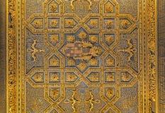 ZARAGOZA, ESPAÑA - 2 DE MARZO DE 2018: El techo tallado en el palacio mudéjar de Aljaferia del La imagen de archivo libre de regalías