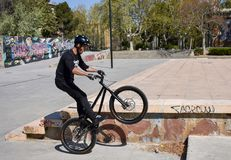 Zaragoza, Espanha; 03 23 2019: capacete, t-shirt, luvas e calças vestindo do homem do esporte na equitação preta levantar-se da b foto de stock