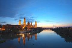 Zaragoza i natt Arkivbild