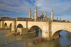 Zaragoza - panorama bridżowy Puente De Piedra Del Pilar w ranku świetle i bazylika Obraz Stock