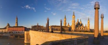 Zaragoza - panoraman av bron Puente de Piedra och Basilika del Pilar i morgonljuset arkivfoton