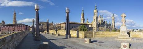 Zaragoza - panoraman med bron Puente de Piedra och Basilika del Pilar i morgonljuset arkivfoton