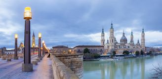 Zaragoza - panoraman med bron Puente de Piedra och Basilika del Pilar i morgonskymningen arkivfoton