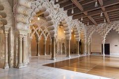 ZARAGOZA SPANIEN - MARS 2, 2018: Korridoren av den LaAljaferia slotten - stag av det norr gummihjulet, med trefaldigt tillträde t royaltyfri bild