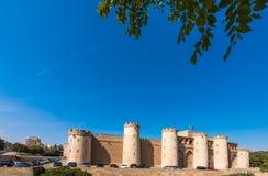 ZARAGOZA SPANIEN - SEPTEMBER 27, 2017: Sikt av slotten Aljaferia som byggs i det 11th århundradet Kopiera utrymme för text Royaltyfri Bild