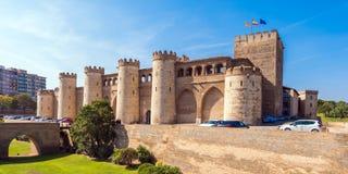 ZARAGOZA SPANIEN - SEPTEMBER 27, 2017: Sikt av slotten Aljaferia som byggs i det 11th århundradet Kopiera utrymme för text Royaltyfri Foto