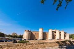 ZARAGOZA SPANIEN - SEPTEMBER 27, 2017: Sikt av slotten Aljaferia som byggs i det 11th århundradet Kopiera utrymme för text Royaltyfria Bilder