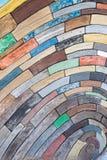 Zarautz, Guipuzcoa/Espanha - ano do dia: o projeto é restos da madeira e da acácia de carvalho da castanha dos barcos recolhidos  fotos de stock