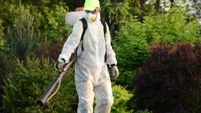 Zarazy kontrola Kaukaska ogrodniczka z zarazy kontroli natryskownicy wyposażeniem zdjęcie wideo