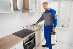 Zarazy kontrola pracownika opryskiwania pestycyd Na indukci Hob Fotografia Royalty Free