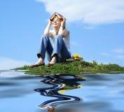 zarezerwuj kobiecego trawy zielone plenerowego ucznia zdjęcie stock