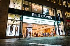 Zarezewowanego sklepu odzieżowego Stuttgart Piękna Wejściowa główna ulica Obraz Stock