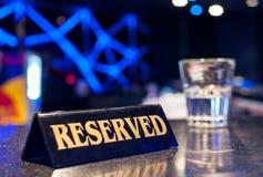 zarezewowany restauraci znaka stół Zdjęcie Stock