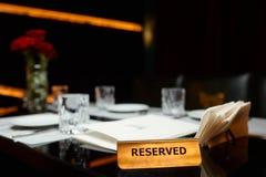 Zarezewowany talerz na stole Zdjęcie Stock