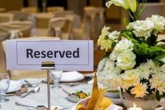 Zarezewowany znak przy stołem obrazy stock