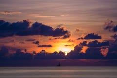 Zarte Ölplattform im Ozean zur Sonnenuntergangzeit Stockbild